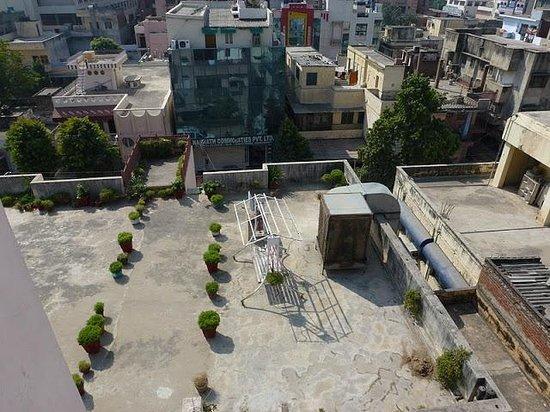 Hotel Karni Niwas:                                     Depuis le toît vue sur une des terrasses de l'hôtel