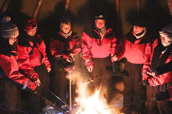 Lapland Safaris - Rovaniemi:                   worstjes grillen bij kampvuur