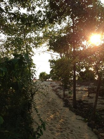 Six Senses Ninh Van Bay:                   little path to the beach