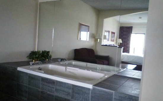 Vernon Downs Hotel: Whirlpool bath