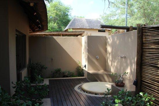 Naledi Bushcamp and Enkoveni Camp:                   Aussendusche Impalla Lilly