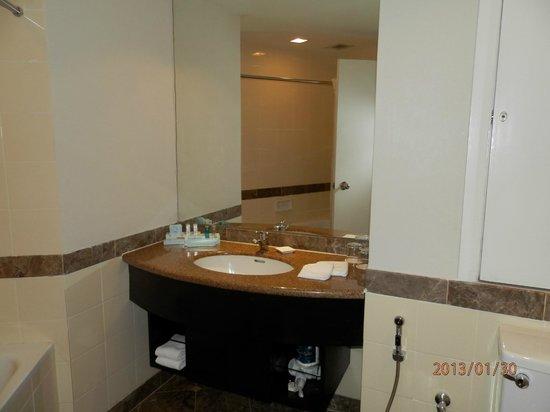 Hotel Novotel Kuala Lumpur City Centre:                   nice bathroom