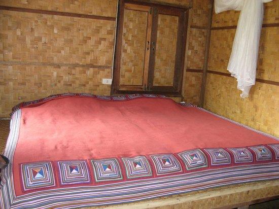 Lisu Lodge: la chambre avec les murs de bambous tressés