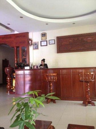 Sovann Phum Hotel:                                     At the front desk of Sovannphum
