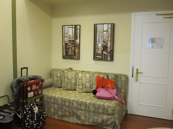 Hotel Le Isole:                   ベッドの他にソファーもある。
