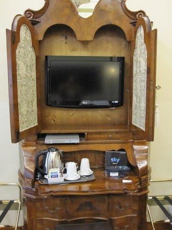 هوتل لو إيسول:                   一度電源を切るとなかなかつかないテレビはドレッサーの中にある。                 