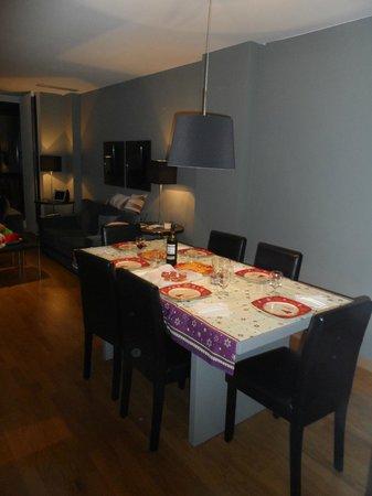 Sala con tavola apparecchiata per cenone capodanno!!!