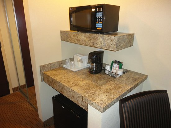 ‪‪Comfort Suites Fredericksburg North‬:                   Microwave and coffee area (there is a fridge below)