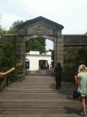 Buquebus:                                     Puente a la entrada del castillo Colonia de sacramento Urugu