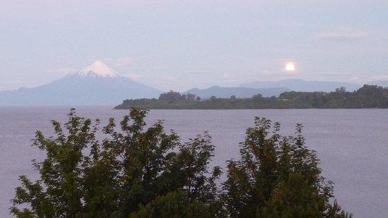 Hotel Weisserhaus:                   Nascer da lua ao fundo do Lago e ao lado do vulcao Osorno