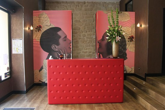 Montmartre Mon Amour:                   Reception Desk