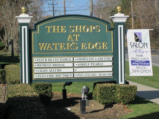 Water's Edge Resort & Spa: Shops on site