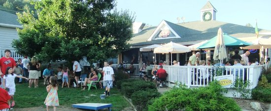 Bayou Smokehouse & Grill: Enjoy Concerts in our Courtyard in the Summer!