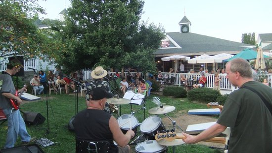 Bayou Smokehouse & Grill : Concerts are enjoyed by locals and visitors alike.