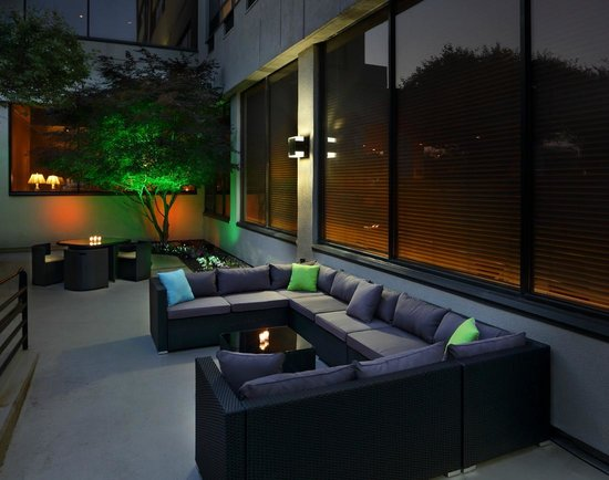 Hampton Inn Boston-Natick: Get cozy in the outdoor living room