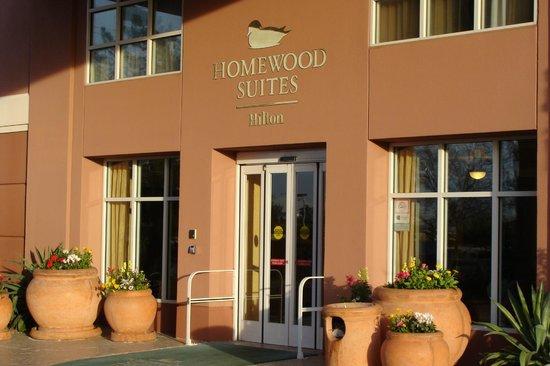 Homewood Suites by Hilton Phoenix-Metro Center :                   Flowers at the Front Entrance