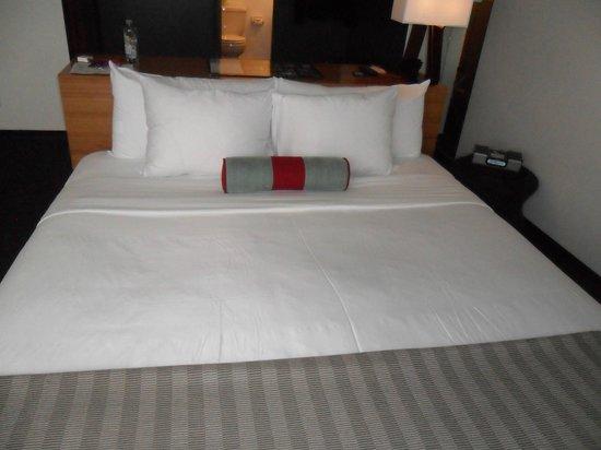 Custom Hotel: Cómoda cama