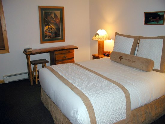 Red Wolf Lakeside Lodge: Bedroom in one bedroom unit
