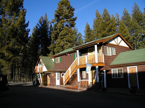 Red Wolf Lakeside Lodge: Office and activity rooms at entrance
