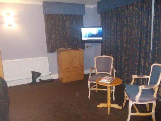 BEST WESTERN Kings Manor Hotel:                   whooo tv