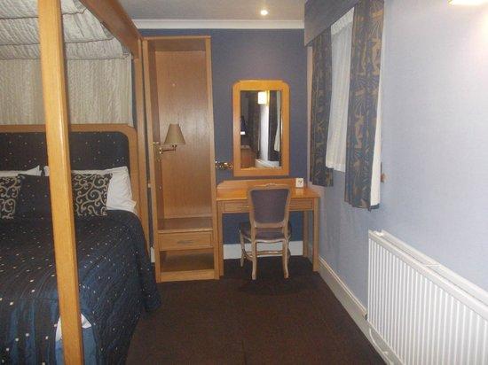 BEST WESTERN Kings Manor Hotel:                   lush dresser