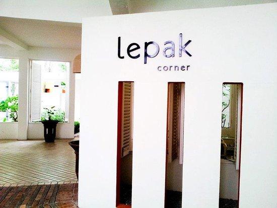 "Lone Pine Hotel: ""lepak corner"""
