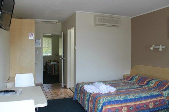 Hawaiian Sands Motor Inn: Family room 3 looking into the 2nd bedroom sleeps 5