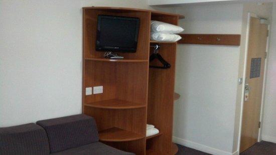 Premier Inn Marlow Hotel: TV and hangers