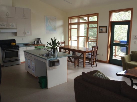 Point Reyes Hostel: Dining area/kitchen