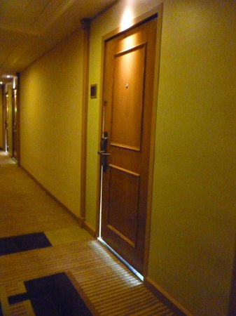 Wyndham Grand Pittsburgh Downtown:                   Noise and light filtering from rooms along hallway