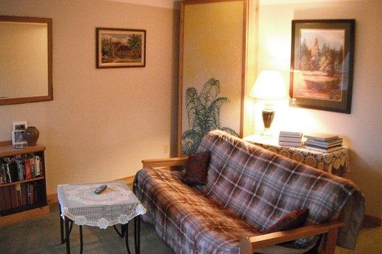 Higgin's Inn: Suite 2 living room spare bed up