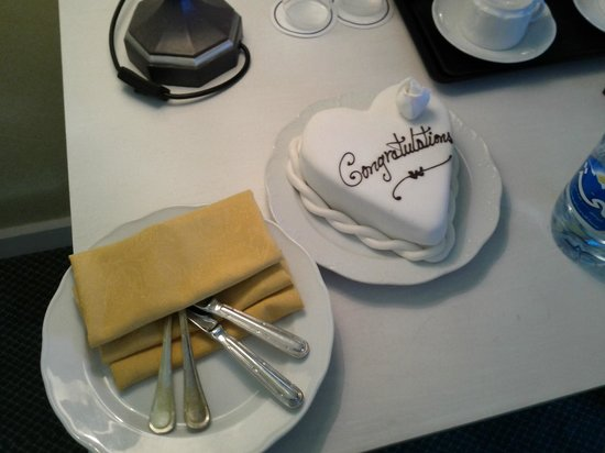 Hilton Beirut Habtoor Grand :                   A cake for the honeymooners