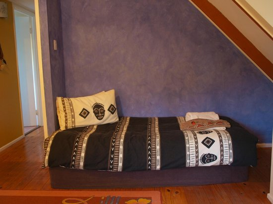 The African Cottage and Rondawel: Relaxing corner in bedroom - African Cottage