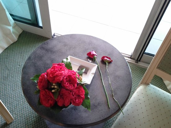 Hilton Beirut Habtoor Grand :                   Roses on the bed