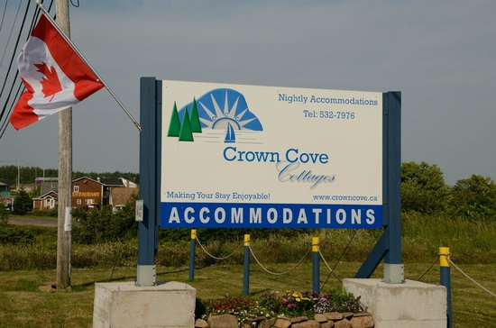 Crown Cove Cottages: Entrance to site
