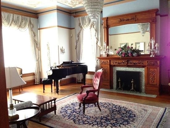 Stirling Guest Hotel:                   Piano Room