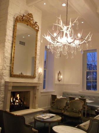 Washington School House Hotel: wonderful chandelier in main living area