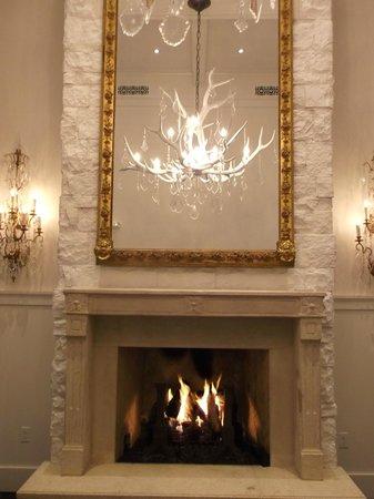 Washington School House Hotel: fantastic mirror above roaring fire