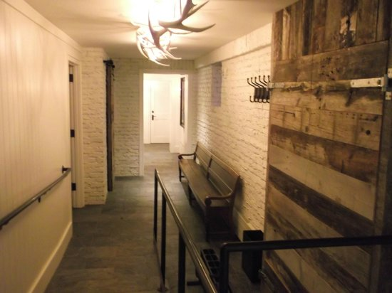Washington School House Hotel : downstairs entrance to ski storage area