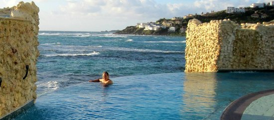 Oyster Bay Beach Resort: Infinity pool was beautiful.