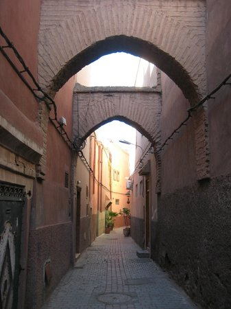 Riad Mur Akush: Alley where hotel entrance is situated