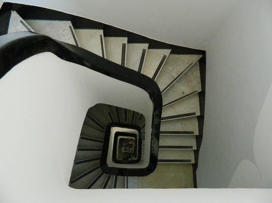 Hostel Pinamar:                   Foto tomada desde el último piso a la hermosa escalera del hostel.