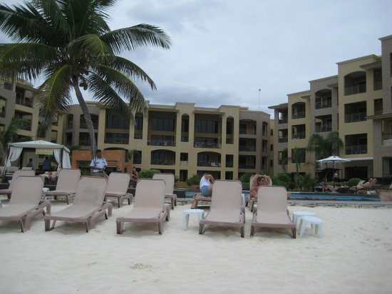 Residences El Faro:                   View of hotel from pool area