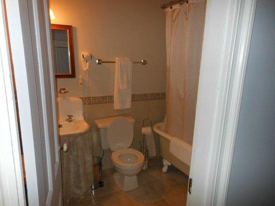 The Maplegrove Inn :                   bath
