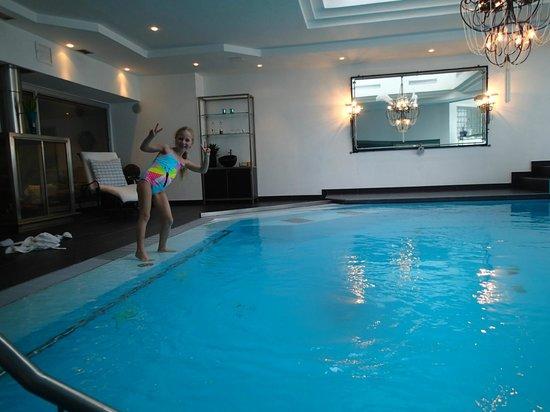 Suitenhotel Zurbriggen :                   Pool wellness area