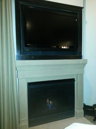 Waldorf Astoria Park City: TV and fireplace