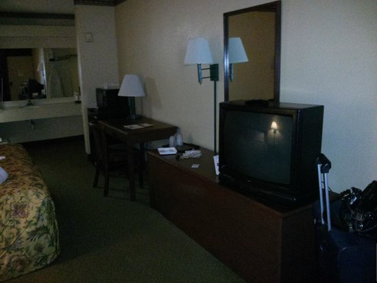 Travelodge Inn & Suites Orlando Airport: Desk and TV