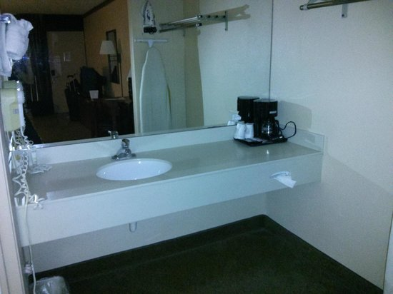 Travelodge Inn & Suites Orlando Airport: Bathroom