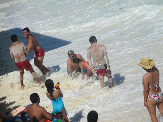 Hotel Riu Cancun :                                                       entertainements lost the game so they pay