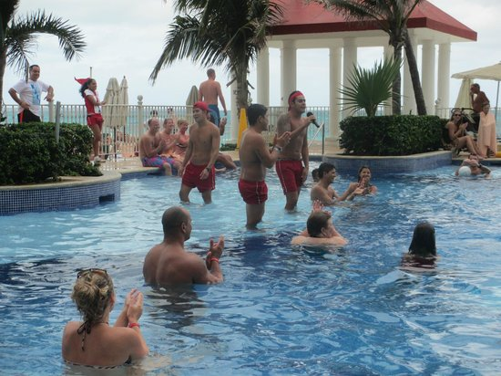 Hotel Riu Cancun :                                                       activities on the pool